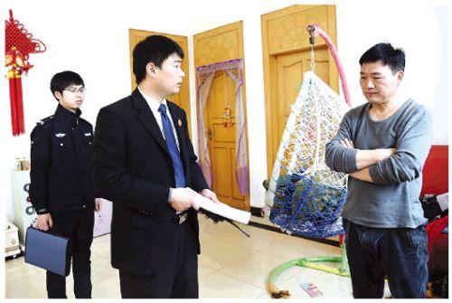 10时20分,在被执行人吴某家中,邓拓敦促其考虑父子亲情尽快支付抚养费。