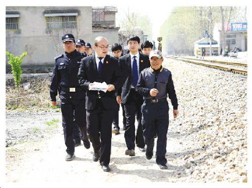 8时,邓拓、盛杰等人在申请人指引下奔赴被执行人赵某家。