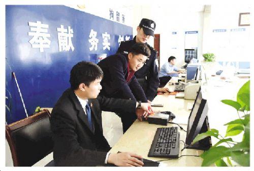 17时35分,邓拓等人成功送拘被执行人张某。