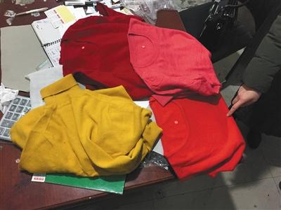"""2月28日,清河县东高庄村,一家商家向记者展示""""羊绒衫"""",实际均为不含羊绒的针织衫。"""