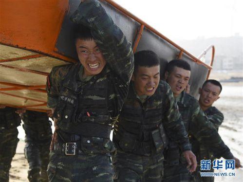 在福建省莆田市秀屿区某海滩,特战队员进行抬运冲锋舟体能训练(4月2日摄)。