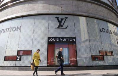 <p>全球最大奢侈品集团LVMH近日交出了2018财年第一份漂亮的成绩单。而从各种迹象来看,LVMH正通过全面布局来抗衡咄咄逼人的开云集团,捍卫其时装霸主地位。</p>