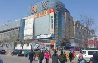 <p>随着北京市疏解非首都功能工作的不断推进,位于丰台区大红门地区的大部分区域性批发市场已经纷纷外迁,留下来的都在着手转型升级,而购物中心则是它们努力的方向之一。</p>