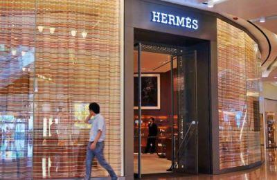 """<p>被誉为""""购物天堂""""的香港正重新焕发活力,香港特区政府统计处近日发布的数据显示,经历了多年的低迷期后,今年2月份香港零售总销售额的涨幅刷新了过去8年的纪录。</p>"""
