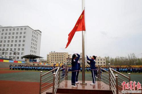 4月4日,北京市朝阳区实验小学雄安校区,全校师生在操场上举行升旗仪式。
