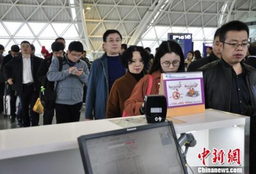 图为旅客等待进入客舱。 吕俊明 摄