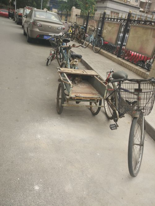 余女士所在的小区,有人将废旧自行车、三轮车锁在地面,以此占据停车位2